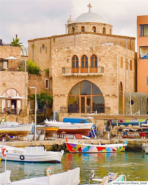 🇱🇧🇧🇷 O antigo porto de Batroun, cercado por edifícios históricos, é o... (Batroûn)