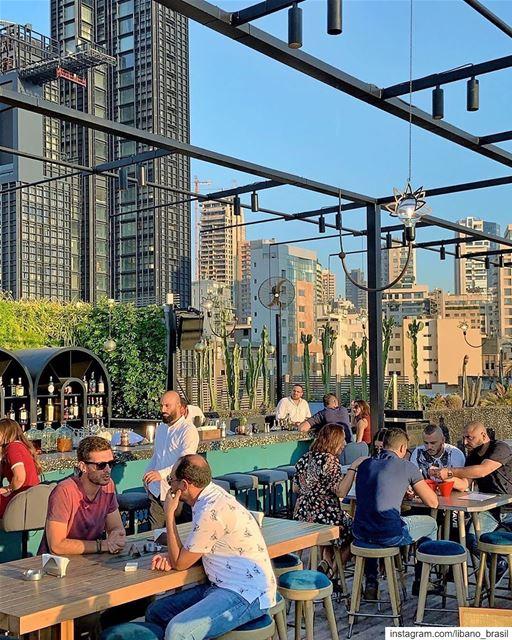 🇱🇧🇧🇷 São tantos bares modernos em Beirute, que você vai se sentir em... (Beirut, Lebanon)