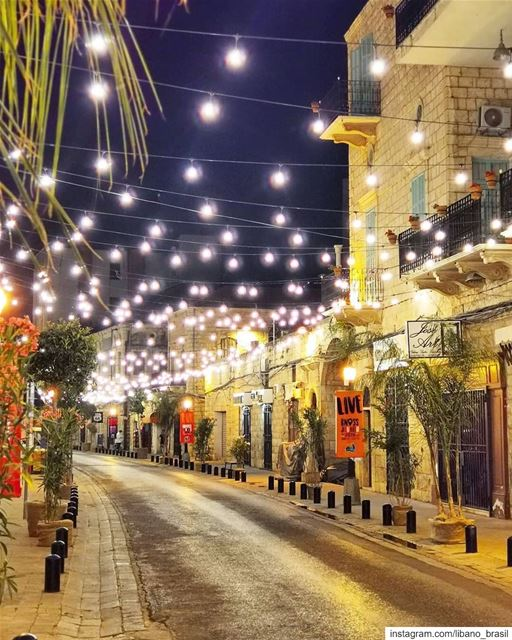 🇱🇧🇧🇷A noite te convida para um agradável passeio ao ar livre pelo... (Jounieh Old Souk)