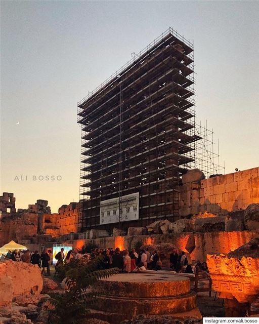 يعبرون الجسر..منتصب القامة أمشي..أحن الى خبز أمي...🎖مارسيل خليفة🎖🇱� (Temple of Bacchus)