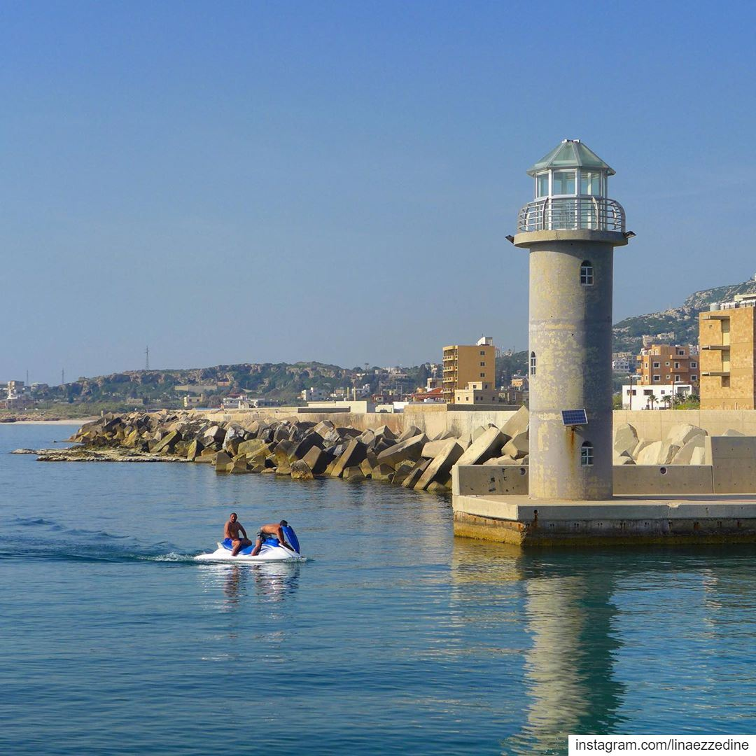 Once the lighthouse is seen, the rest of the sea is ignored (T.G.)..@leb (Batroûn)