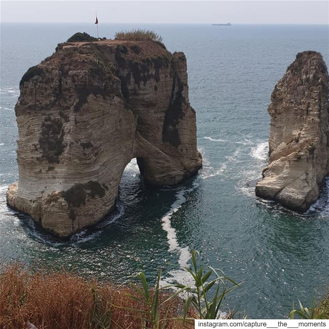 تُعتبر صخرة الرّوشة من المعالم السياحيّة الرئيسيّة في لبنان، والتي تستقطب ا (Raouche)