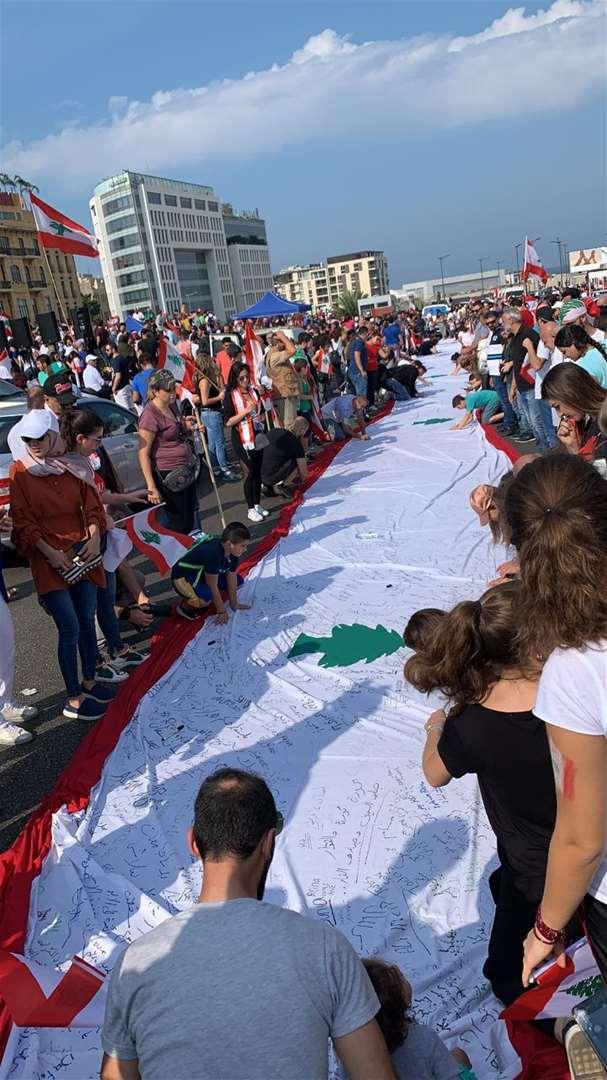 تحضير العالم اللبناني المليء بتوقيعات المعتصمين - لبنان ينتفض