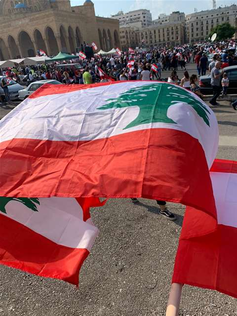 العالم اللبناني يرفرف في ساحة الشهداء بيروت - لبنان ينتفض