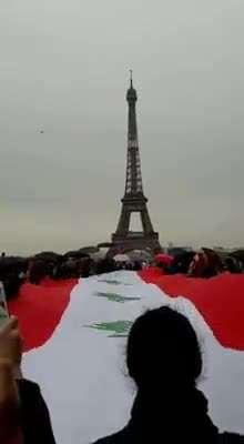 النشيد الوطني باريس جانب Tour Eiffel - لبنان ينتفض