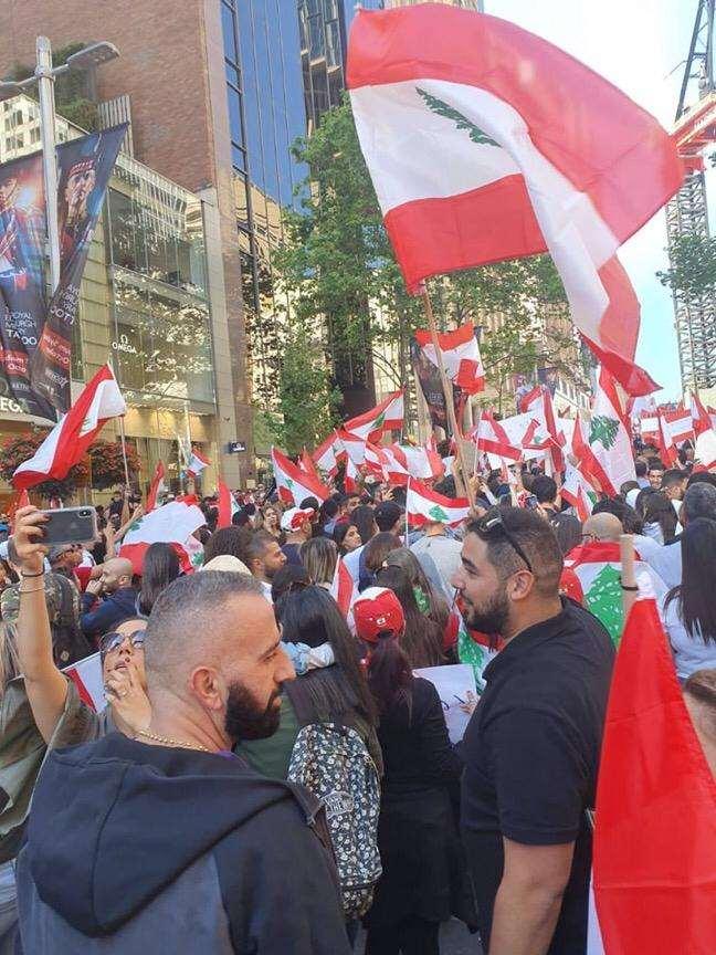 الأعلام اللبنانية ترفرف - لبنان ينتفض
