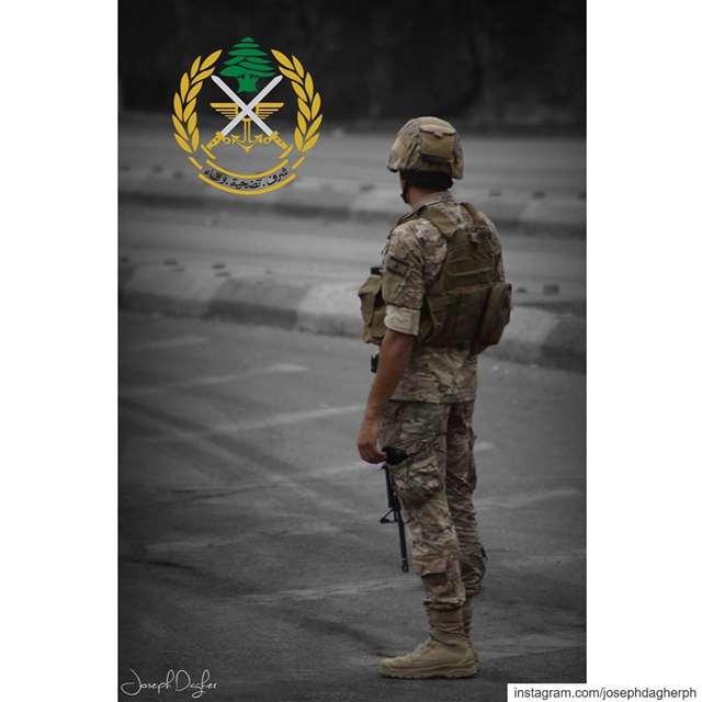 🇱🇧مشهد الجيش_اللبناني عم يحمي الثوار من زعران الأحزاب السياسية الحاكم