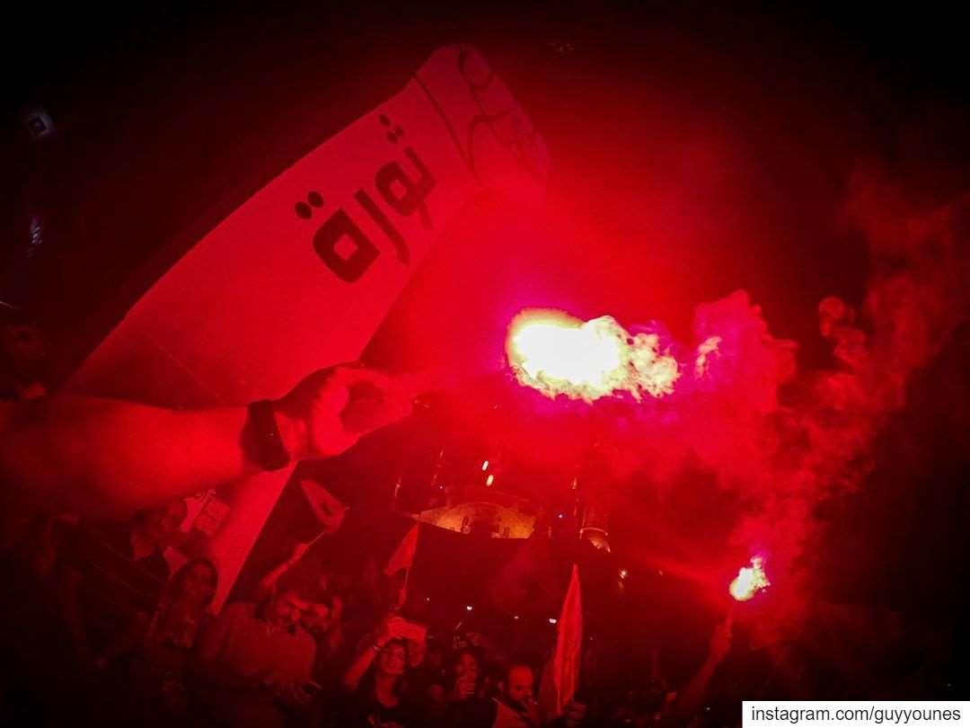هيدي أكيد ثورة و مش حراك، الحريق من قلبنا على قلبن كلّن 🇱🇧 كلن_يعني_كلن... (Martyrs' Square, Beirut)