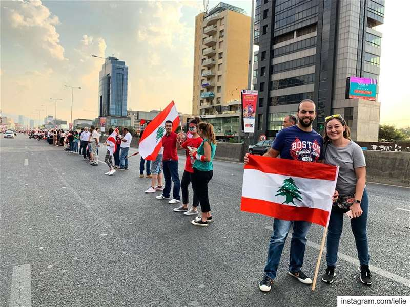 Day11: The human chain ✌🏻🇱🇧  Lebanon  ثورة  لبنان_ينتفض   كلن_يعني_كلن... (Dbayeh Highway)