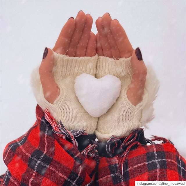Cold hands, Warm hearts ♥️.... itssnowingoutside staywarmandcozy...