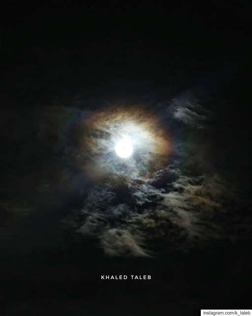 الهالة القمرية: من شاهدها اليوم ؟😄عندما يُصبح القمر بدراً، تزداد نسبة الن