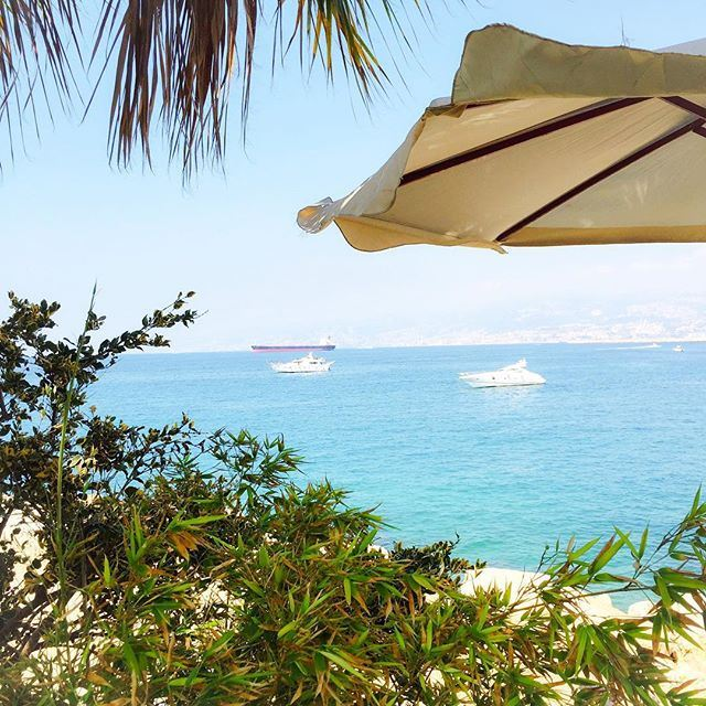 Dream in blue 🐠💙💛☀️! Have a great Sunday! 🇱🇧 (Mandaloun Sur Mer)