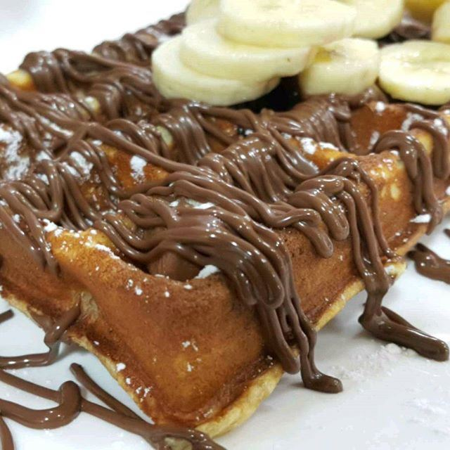 Perfect desiccion now!!!! Wafer with Extra Chocolate and Banana on top @jessyjuice1991 (Jessy Juice)