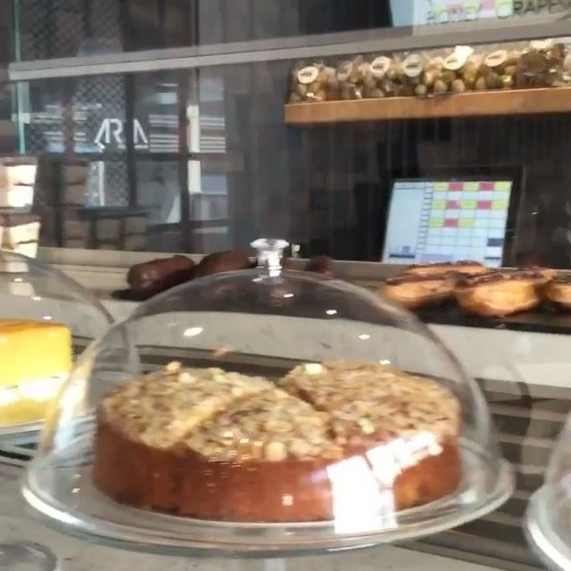A dream bakery in our neighborhood @ohbakehouse monot and what can be better than this to start your Saturday... (Mono)