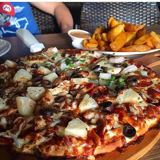 There's no better feeling in the world than a warm pizza .... (Napoli Pizza Jbeil)