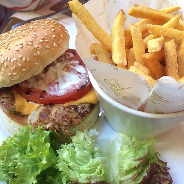 I guess today is good choice for a burger @almandaloungroup with your friends or family like she do @mirnaaratimos (al Mandaloun Group)