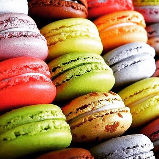 Choose your best color and eat the macaroon @amal_bohsali in this special evening!!! It's time to change !!!!! (Amal Bohsali)