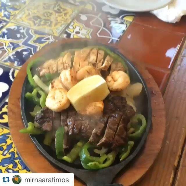 Sizzling fajitas .....tortillas, caramelized onions, guacamole, jalapeño .... Who could resist...!!! Repost @mirnaaratimos (Chili's Beirut)