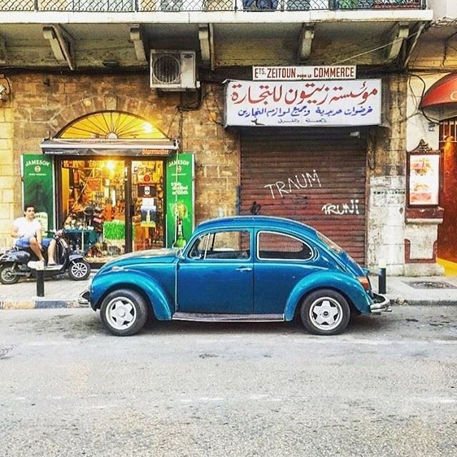 Lovely colorful scene in the streets of Gemmayze 💙💚 (Gemmayzeh, Beirut)