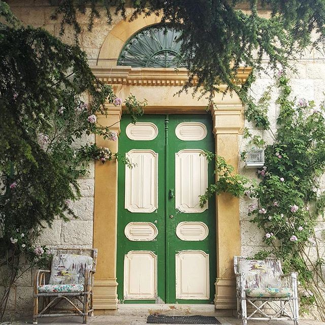 The beautifully matched colors of this house' entrance make us feel we are already welcomed 💚🌿 liveauthentic (Douma, Liban-Nord, Lebanon)