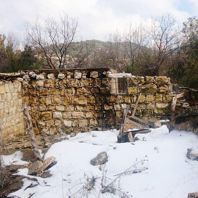 oldstonehouses ruin ruinesneglectedhouse desertedhouse snow (Hardine)