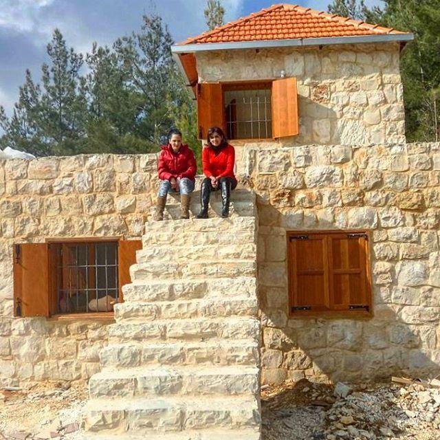 stonehome oldarchitecture redbrick stairs stonestairsbeautifulday family (Hardîne, Liban-Nord, Lebanon)