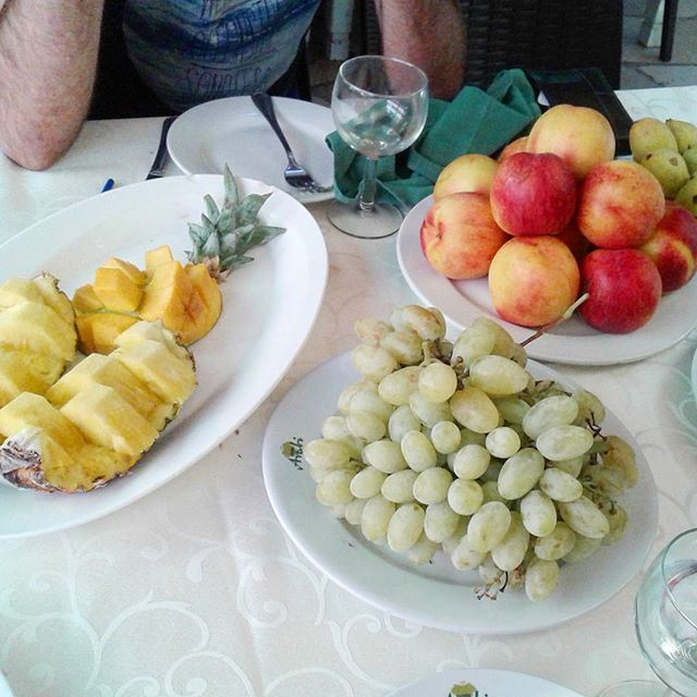 fruit fruits raisins grappe grapes ananas peaches pêche