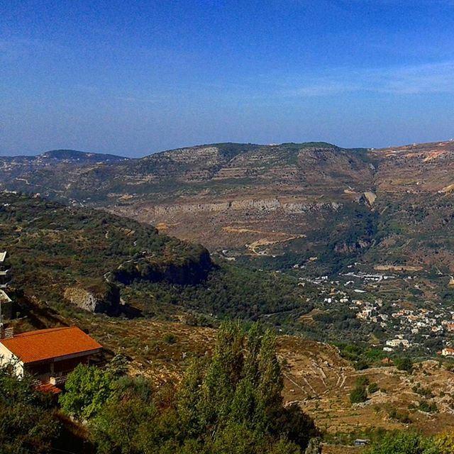 bluesky mountainsoflebanon redbrick lebanonhouses lebanesarchitecture (Mrayjet El Shouf)