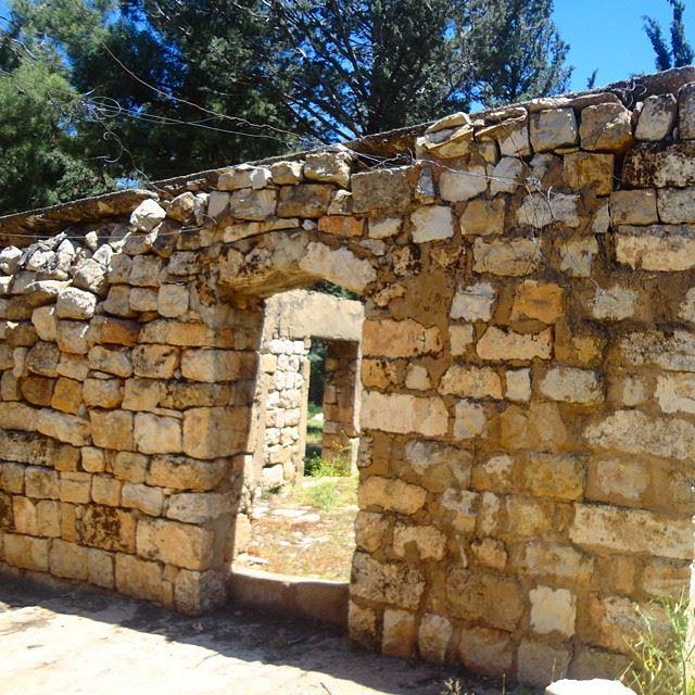 oldstonewallsheritage abandonnedplace historicplaces historiquearchitecture lebanonhouses loves_doorsandco (Anjar)