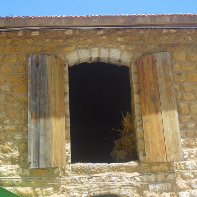 stonewalls windows_aroundtheworld ferme taanayilfarm