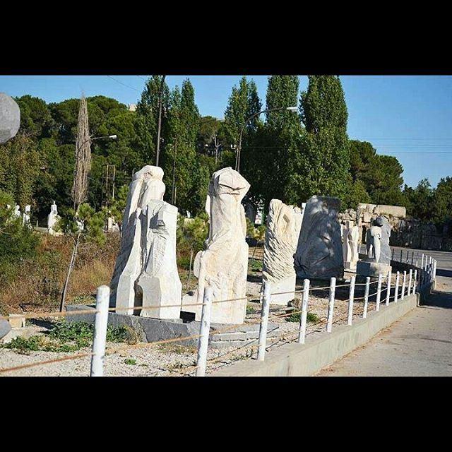 """عاليه هي مدينة لبنانية تقع في جبل لبنان و تبعد 17 كيلومتراً عن بيروت. تقع في قضاء عاليه و هو مركزها . تسمى """"بعروس المصايف اللبنانية"""" لشهرتها كمركز جذب للسياح اللبنانيين و الاوروبيون في فصل الصيف ."""