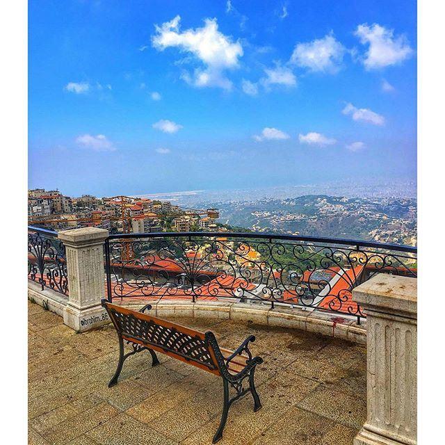 صباح لبناني من راس الجبل في عالية 👌🏽🇱🇧 المطل بيروتي بالدرجة الاولى ❤️ والجو اوربي بالدرجه الثانيه 💙🌚 (Alley, Mont-Liban, Lebanon)