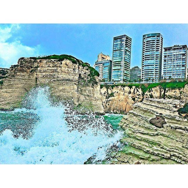 لصخرةٍ كأنها وجه بحارٍ قديم.. (Beirut Rawche)
