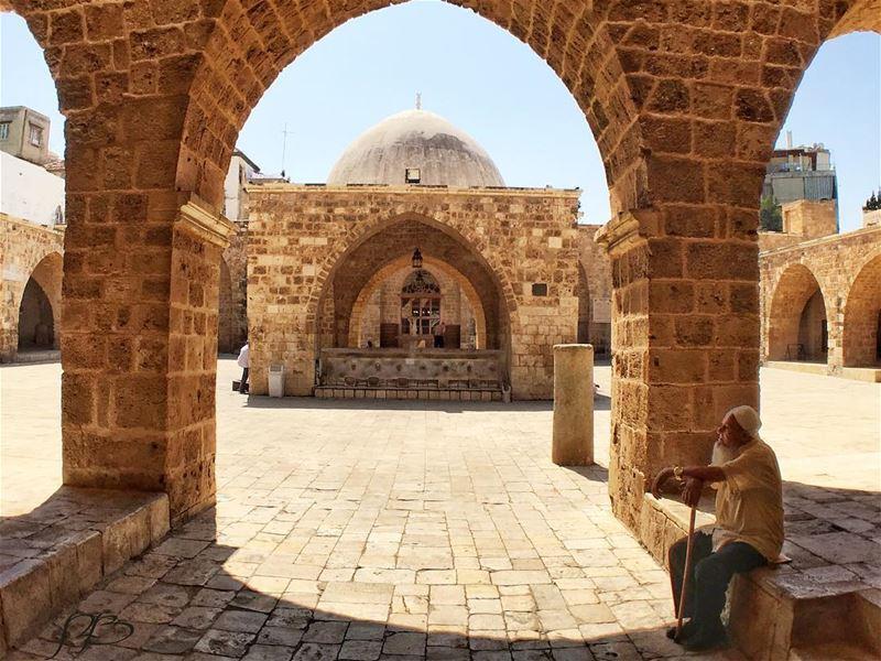 أتابع في نظرة غائبة, خطواته المتجهة نحو المسجد المجاور