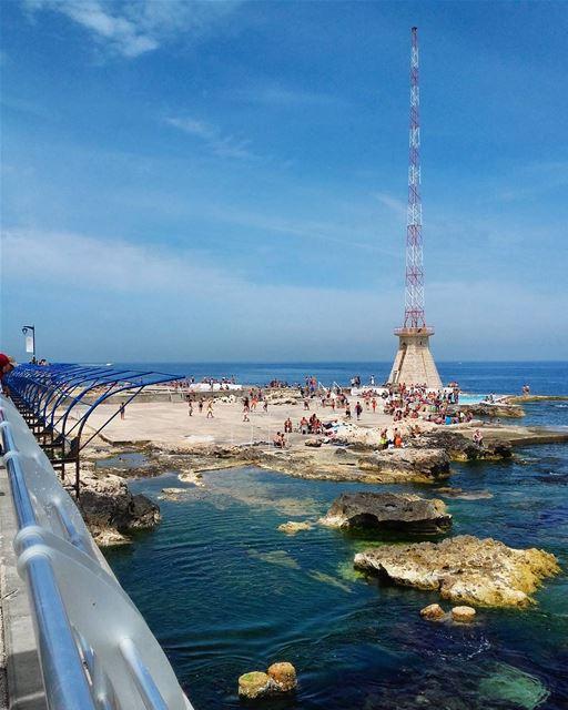 Un matin de printemps, on assiste aux premières baignades de l'année sur la Corniche Al Manara(Beirut, Lebanon)