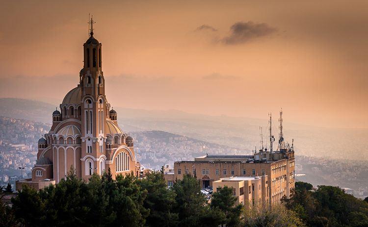 Eine Kirche mitten in den Bergen in der Nähe der Stadt Jounieh, fotografiert bei Sonnenuntergang