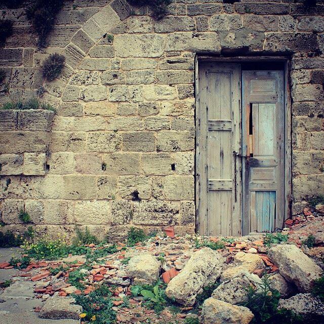 الباب للي بفوت ريح...