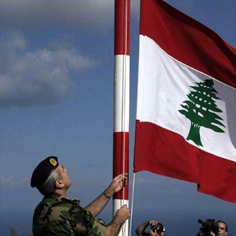 العلم اللبناني في العلى✌️🇱🇧