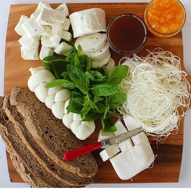 Good Morning ! A pure lebanese cheese plate 😍