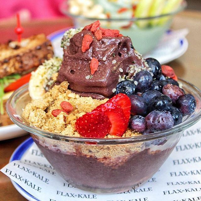 The BEST acai bowl on the planet 😍👅 The ultimate breakfast experience in 📍Barcelona (you might wanna book your tickets after this!!) 🙈🙈 👉 TravelingwithThyme.com (link in bio!) // Lots of yummy food involved 😂❤️ (Flax & Kale)