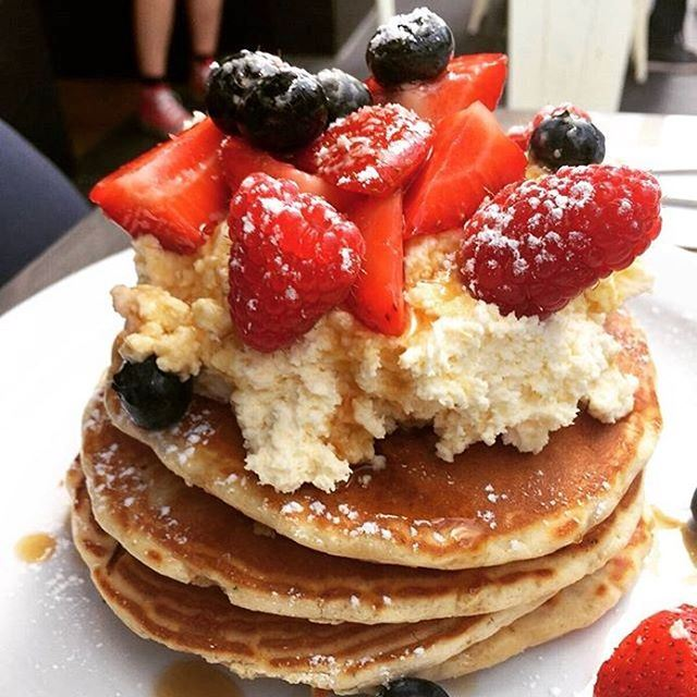 Good morning foodies ❤️🍴 A yummy stack of pancakes for breakfast? ☀️☀️☀️ Stay tuned for a GIVEAWAY in a few hours 😍😍😍🎈🎈🎈 photo taken by @rajab.foodie