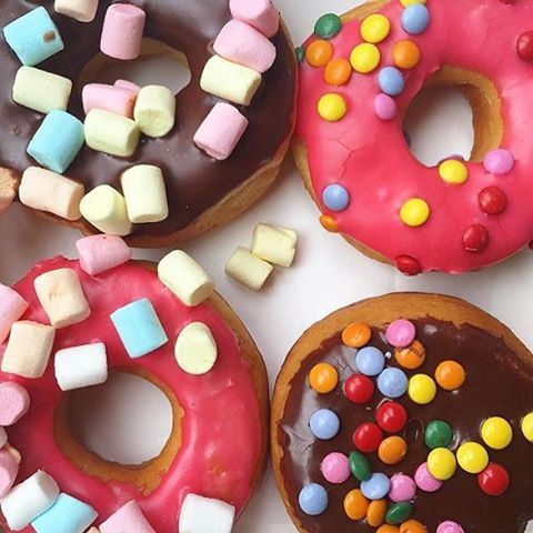 Here's to a colourful weekend filled with yummy food 💖🍩 Happy Saturday everyone!! ☀️ (Dunkin Donuts Zalka)