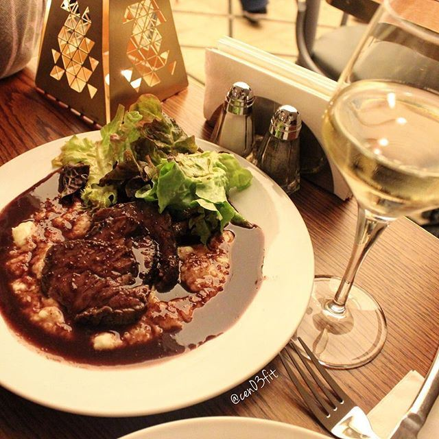 Wondering what to have for dinner? ☺️ Amazing steak with mashed potato and red wine sauce at @brassbeirut ! 😍😍 Check out the full review on the blog; Travelingwiththyme.com 🍴❤️ lebanoneats beirut restaurant lebanesefoodie lebaneseblog (Brass Beirut)