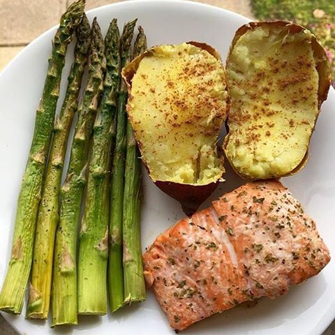 Continuing WORLD HEALTH DAY celebration with Baked salmon, potato & asparagus 😍🍴