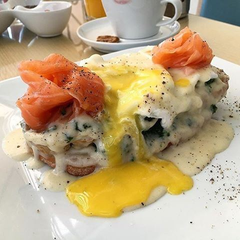 A different innovative style of eggs benedict 😍🍴 Credits to @thewanderfulfoodie  (Baguette & Co)