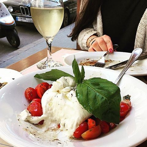 Fresh Burrata with a glass of white wine 😍🍴 Credits to @eatingntraveling (Dottore)