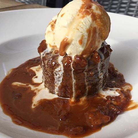 Sticky toffee pudding with vanilla ice cream 😱🍨😍 Credits to @dineverdiet (BRGR Co.)