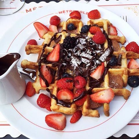 Forget about the weather! Just have some waffles with extra chocolate 🍫🍫🍫😍😍😍 Photo by @moodsandtrends (Metropole)