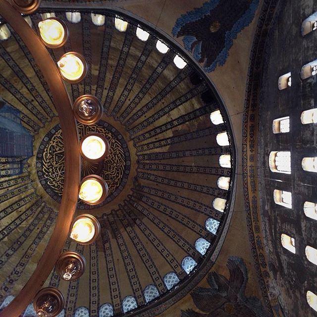 Восхищает масштаб. Потолок кажется таким далеким, таким высоким... Как небеса. (Aya Sofia, Sultanahmeit Istanbul)
