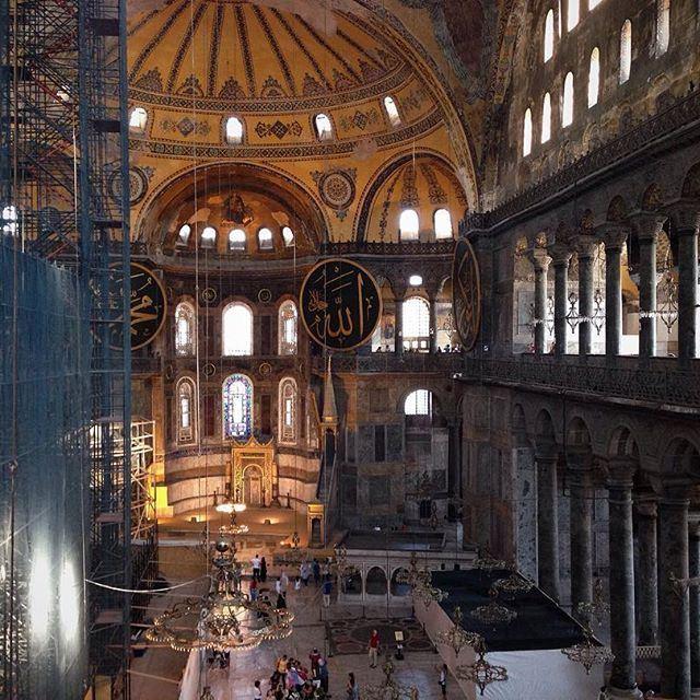 В этой поездке посетить Софию было целью номер один. Но, по некой случайности, мы потерялись с самого начала пути, неправильно определив название мечети, в которой были. (Aya Sofia, Sultanahmeit Istanbul)